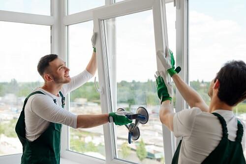 Zwei Fensterbauer bei der Arbeit